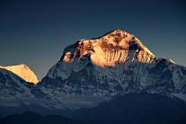 Dhaulagiri w promieniach wschodzącego słońca (Nepal)