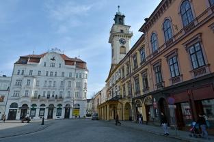 """Hotel """"Pod Brunatnym Jeleniem"""" i cieszyński ratusz"""